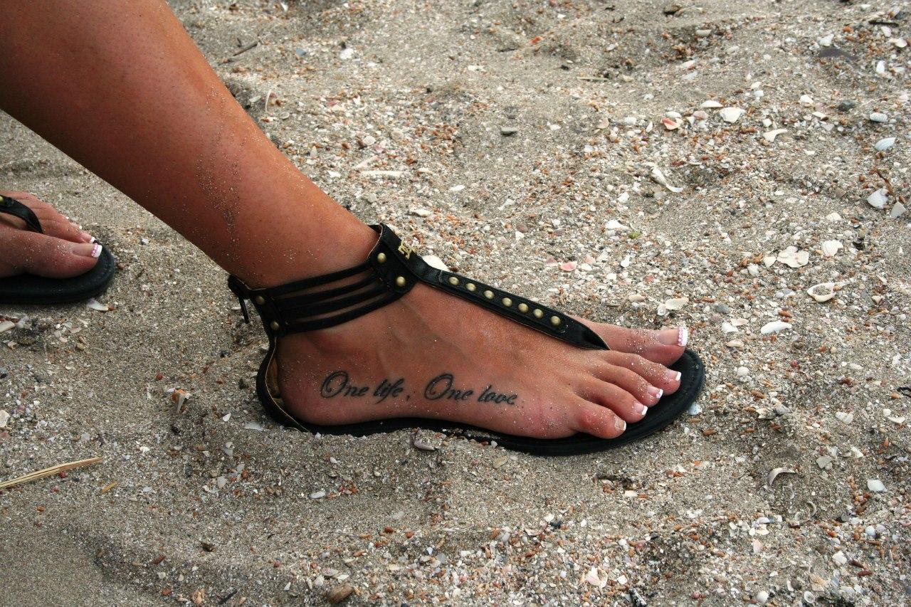 Фото татуировок на ноге в виде надписи